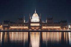 Paesaggio urbano di notte della costruzione del Parlamento sulla riva di Danubio nella capitale centrale di Budapest dell'Ungheria Fotografie Stock
