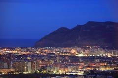 Paesaggio urbano di notte di Palermo, Italia Immagini Stock Libere da Diritti