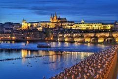 Paesaggio urbano di notte di Praga Immagine Stock