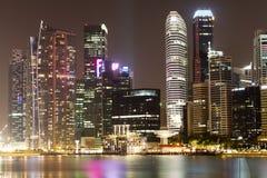 Paesaggio urbano di notte di Singapore Fotografie Stock Libere da Diritti