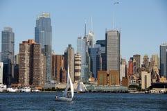 Paesaggio urbano di Nyc con la barca di navigazione bianca Immagine Stock Libera da Diritti