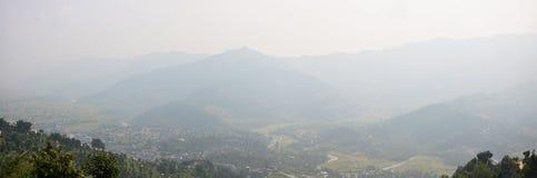 Paesaggio urbano di panorama dello sguardo di Pokhara sulla pagoda di pace di mondo Immagine Stock
