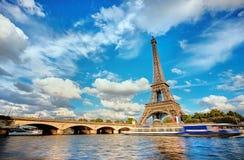 Paesaggio urbano di Parigi con la torre Eiffel un giorno soleggiato Immagini Stock Libere da Diritti