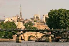 Paesaggio urbano di Parigi dal fiume di Seine. immagini stock libere da diritti