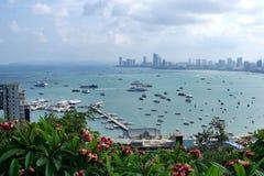 Paesaggio urbano di Pattaya e pilastro di Bali Hai in Tailandia immagini stock