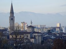 Paesaggio urbano di Pordenone, città italiana sotto le alpi in una mattina di inverno con foschia leggera Fotografia Stock Libera da Diritti
