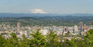 Paesaggio urbano di Portland Oregon e cappuccio del supporto Fotografia Stock Libera da Diritti