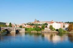 Paesaggio urbano di Praga con la cattedrale di Vitus Immagini Stock