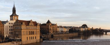 Paesaggio urbano di Praga con la Moldavia fotografia stock