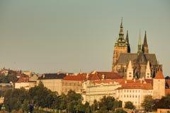 Paesaggio urbano di Praga con paesaggio urbano storico & x28; Area& x29 di Hradcany; ed il castello di Praga durante l'alba di ma fotografia stock
