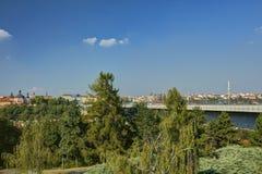 Paesaggio urbano di Praga ed il ponte di Nusle & il x28 famosi; Most& x29 di Nuselsky; in sole di sera, la repubblica Ceca fotografia stock