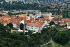 Paesaggio urbano di Praga - vista sul monastero di Strahov Immagine Stock