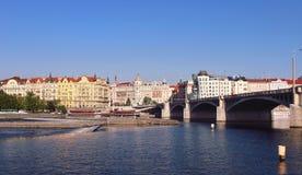 Paesaggio urbano di Praga Vista sulle costruzioni e sui ponti storici di Praga sopra il fiume della Moldava Paesaggio della città Immagine Stock