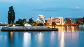 Paesaggio urbano di Riga Lettonia nell'illuminazione di sera Vista di Embankmen Fotografia Stock