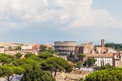 Paesaggio urbano di Roma con gli orizzonti delle rovine antiche Immagini Stock Libere da Diritti