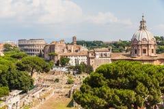 Paesaggio urbano di Roma con gli orizzonti delle rovine antiche Fotografia Stock