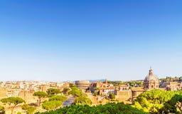 Paesaggio urbano di Roma con il romano e Colosseum del forum Immagini Stock