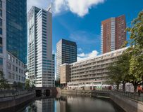 Paesaggio urbano di Rotterdam con il canale e le costruzioni immagini stock