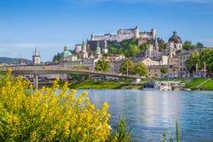 Paesaggio urbano di Salisburgo con il fiume di estate, terra di Salzburger, Austria di Salzach Fotografia Stock
