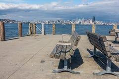 Paesaggio urbano di Seattle con i banchi Immagini Stock Libere da Diritti