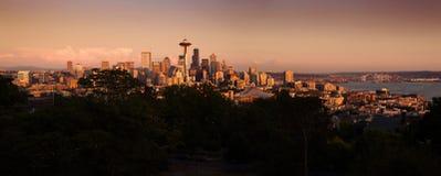 Paesaggio urbano di Seattle durante il tramonto variopinto Immagini Stock Libere da Diritti