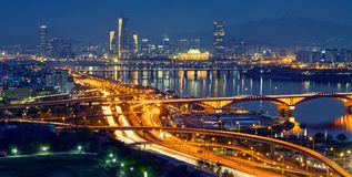 Paesaggio urbano di Seoul nella penombra, Corea del Sud Fotografia Stock
