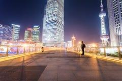 Paesaggio urbano di Shanghai sul ponte pedonale fotografia stock