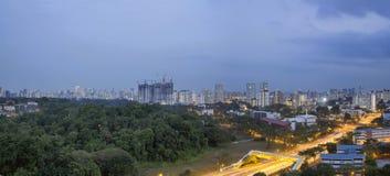 Paesaggio urbano di Singapore ad anche ora blu Fotografia Stock Libera da Diritti