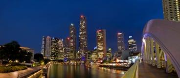 Paesaggio urbano di Singapore alla notte Immagini Stock
