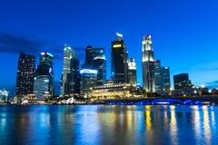Paesaggio urbano di Singapore alla notte Immagine Stock Libera da Diritti