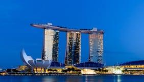Paesaggio urbano di Singapore alla notte con cielo blu Fotografie Stock Libere da Diritti