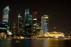 Paesaggio urbano di Singapore con la luna immagine stock