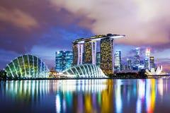 Paesaggio urbano di Singapore nel tramonto immagini stock libere da diritti