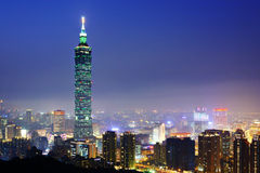 Paesaggio urbano di Taipei alla notte fotografia stock