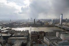 Paesaggio urbano di Tate Modern sopra il Tamigi immagine stock libera da diritti