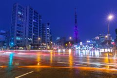 Paesaggio urbano di Tokyo con i semafori e la torre illuminata di Tokyo, Giappone Fotografia Stock