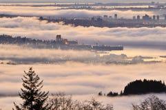 Paesaggio urbano di Vancouver in un'alba nebbiosa Fotografie Stock Libere da Diritti