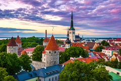 Paesaggio urbano di vecchia città di Tallinn della città al crepuscolo, l'Estonia Fotografia Stock Libera da Diritti
