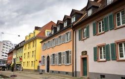 Paesaggio urbano di vecchia via a Friburgo-in-Brisgovia Germania Immagini Stock Libere da Diritti