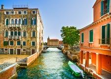 Paesaggio urbano di Venezia, barche, canale dell'acqua, ponte e bui tradizionale fotografia stock