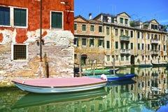 Paesaggio urbano di Venezia, canale dell'acqua, barche e costruzioni tradizionali Fotografia Stock Libera da Diritti