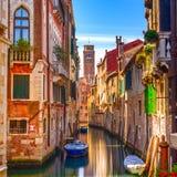 Paesaggio urbano di Venezia, canale dell'acqua, chiesa del campanile e tradizionale fotografia stock