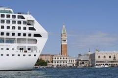 Paesaggio urbano di Venezia con la nave da crociera Immagini Stock