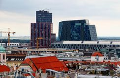 Paesaggio urbano di Vienna con orizzonte delle costruzioni storiche e moderne immagini stock libere da diritti