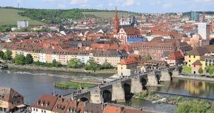 Paesaggio urbano di Wurzburg con il ponte di Alte Mainbrucke video d archivio