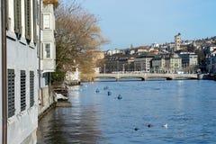 Paesaggio urbano di Zurigo con il fiume di Limmat Fotografia Stock Libera da Diritti