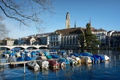 Paesaggio urbano di Zurigo con il fiume di Limmat Fotografia Stock