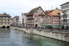 Paesaggio urbano di Zurigo e del fiume Limmat, Svizzera Fotografie Stock