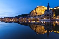Paesaggio urbano Dinant alla notte lungo il fiume Meuse, Belgio Fotografia Stock