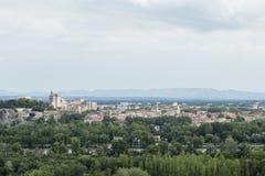 Paesaggio urbano distante di Avignone come visto dall'altro lato del Rhone Fotografia Stock